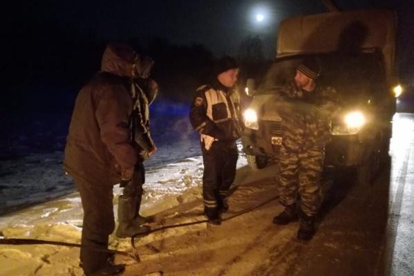 Водитель и пассажир «газели» замерзали на трассе из-за сломавшегося двигателя