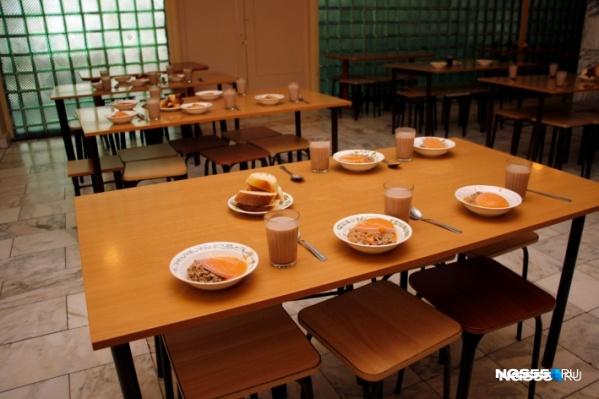 Девочка продолжает питаться в школьной столовой