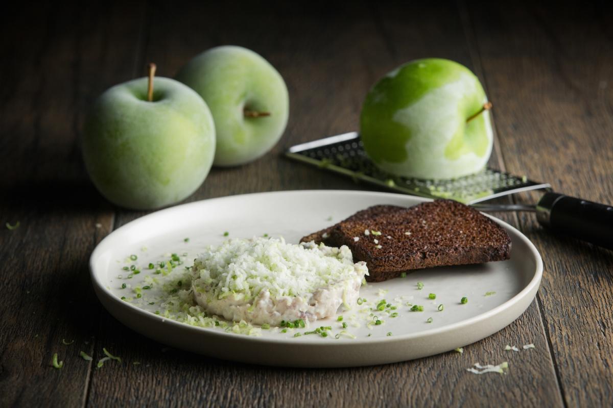 Форшмак с замороженным яблоком и гренками из заварного хлеба