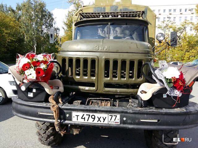 Так была украшена машина, на которой Сергей приехал в роддом