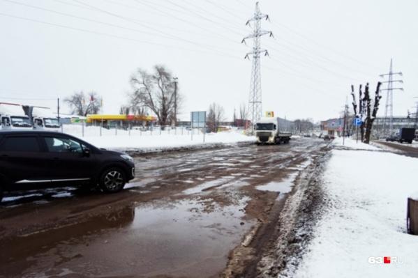 Главная промышленная магистраль Самары сегодня выглядит как убитая проселочная дорога