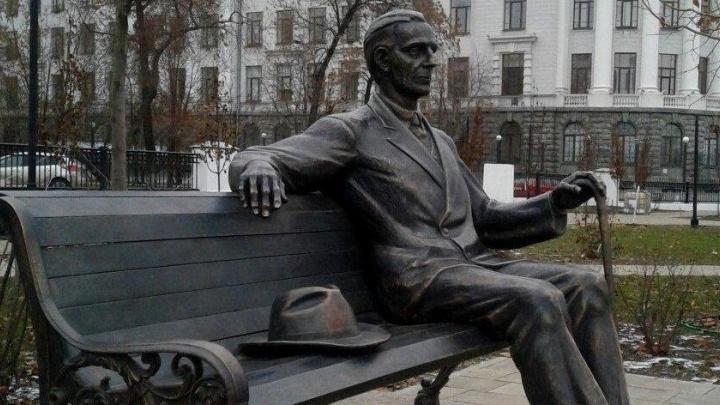 В Екатеринбурге тайком поставили памятник архитектору, создавшему филармонию, вокзал и УПИ