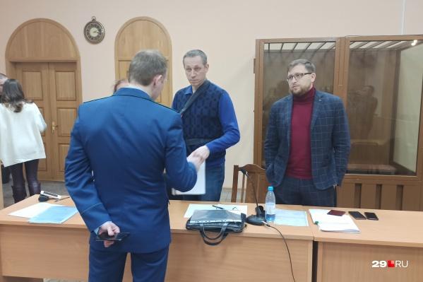 Александр Иванов пришел на заседание в гипсе. Рассказал, что упал и сломал руку
