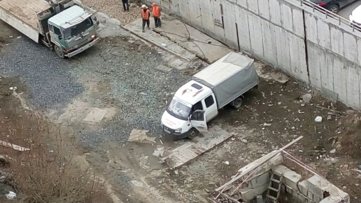 Коммунальщики закрыли опасный коллектор на Галущака бетонной плитой
