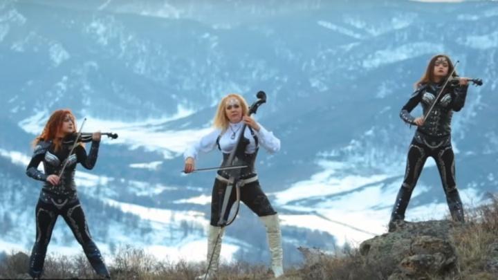 Красивые сибирячки со скрипками и виолончелью сняли философский клип в горах Алтая