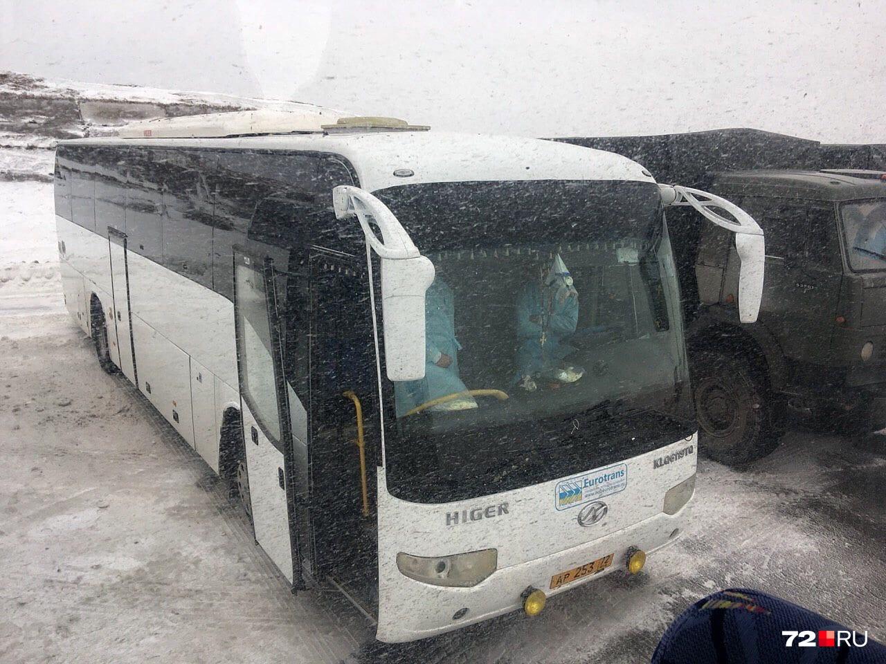 Два автобуса, специально подготовленных для пассажиров из Китая, ожидали их у взлётной полосы. Все встречающие специалисты — строго в спецзащите и масках