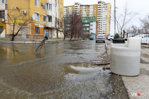 Вода из канализации превратила дворы в зловонные реки