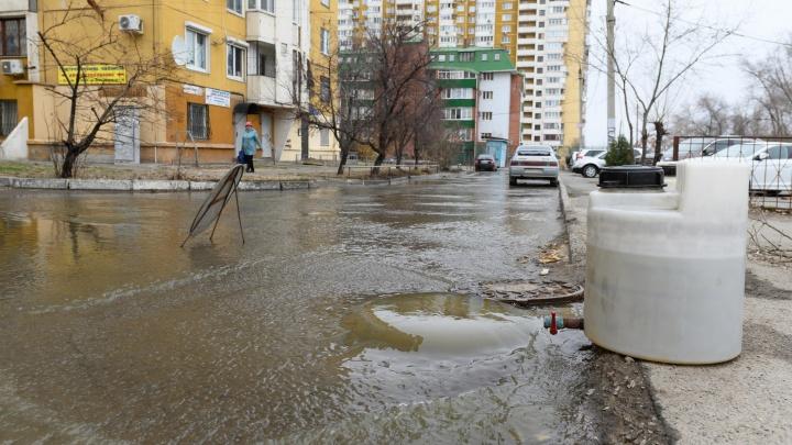 «Бетонный брус и презервативы»: в Волгограде канализация второй день топит двор у администрации