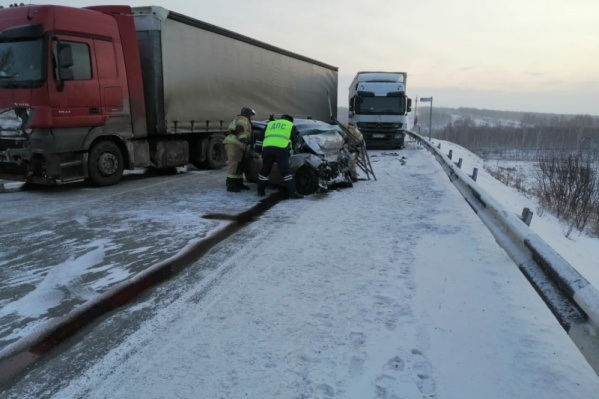 Сейчас проезд на участке трассы затруднен, водителям помогают сориентироваться инспекторы