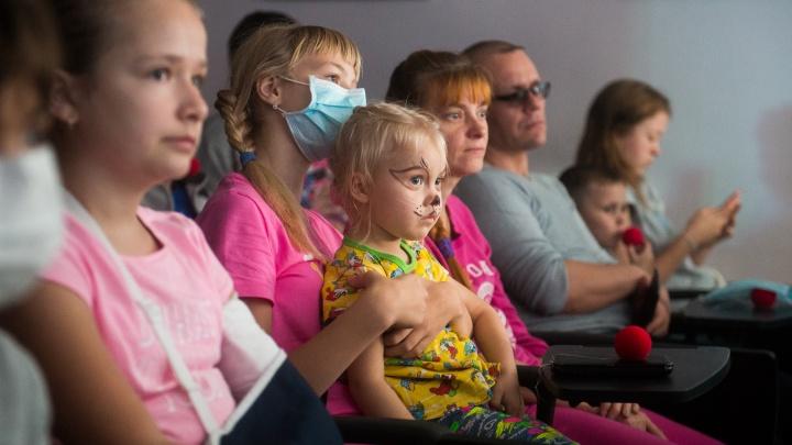 Театр Олега Табакова показал спектакль маленьким екатеринбуржцам, которые месяцами живут в больнице