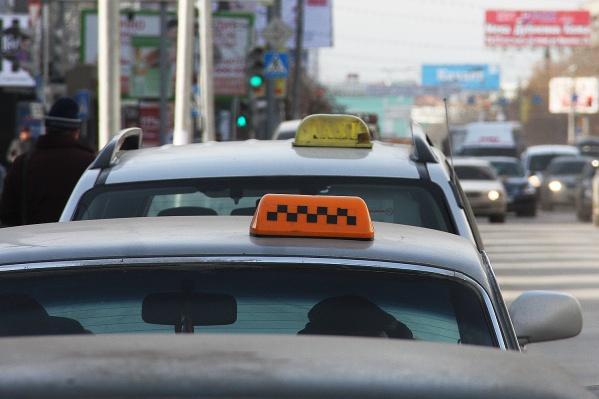 Пассажиры попросили таксистку отвезти их в безлюдное место, чтобы там на неё напасть