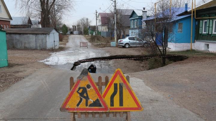 Карстовый провал в Уфе: в огромную яму упали две машины