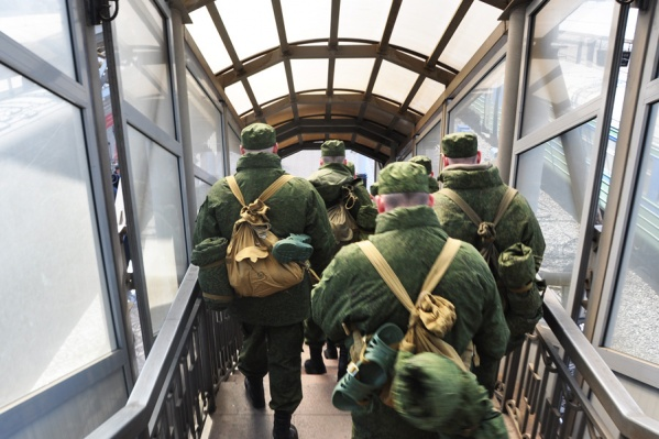 Солдат охранял грузы военного назначения