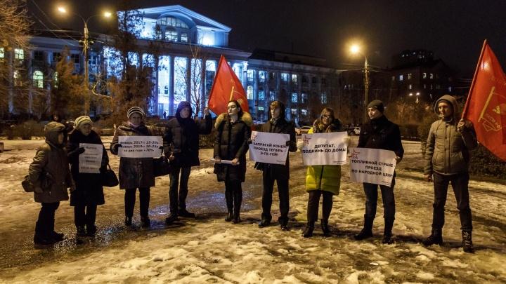 «Депутат, подкинь до дома»: волгоградцы выступили с протестом против повышения цен на проезд