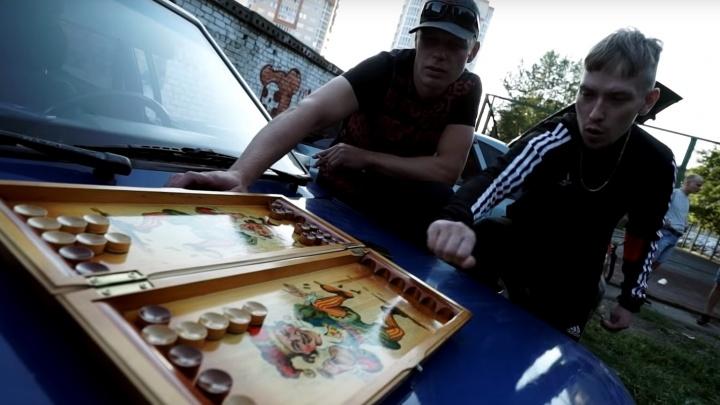 Гараж, куриные крылья и бабушкины пельмени: чешский рэпер снял в Омске ещё один клип