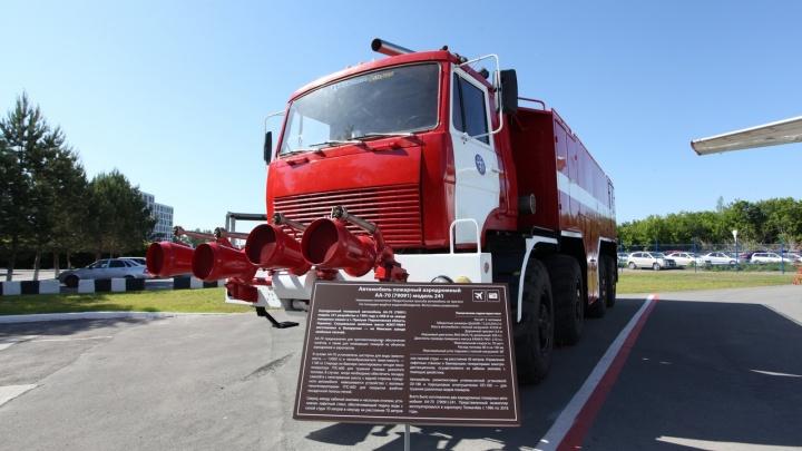 Раритетная пожарная машина стала памятником в аэропорту Толмачёво