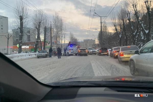 В момент аварии в полицейской машине находились три сотрудника полиции, никто из них не пострадал