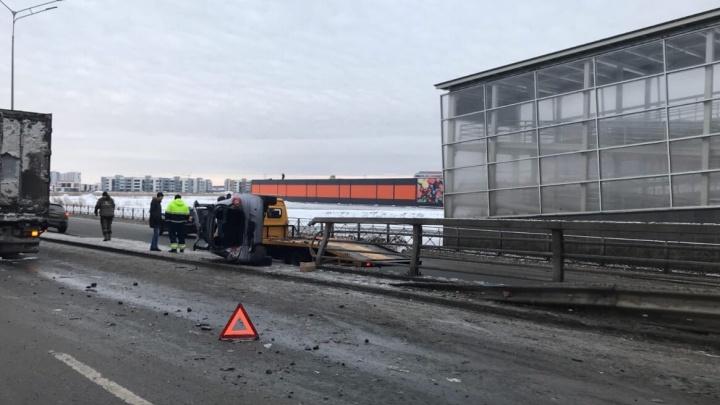 Машина VS локомотив на Чаркова, столкновение у «Кристалла» и последствия ДТП: дорожные видео недели