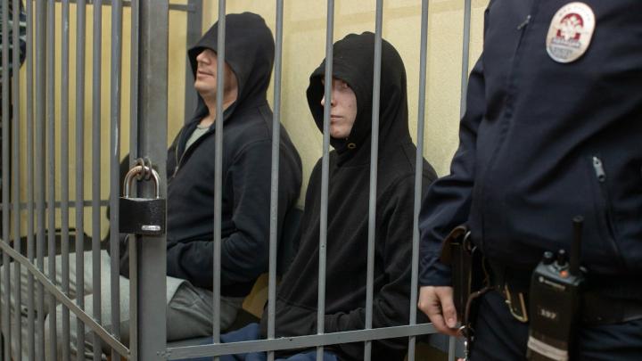 Екатеринбургских полицейских, обвиняемых в изнасиловании девушки, отпустили под домашний арест