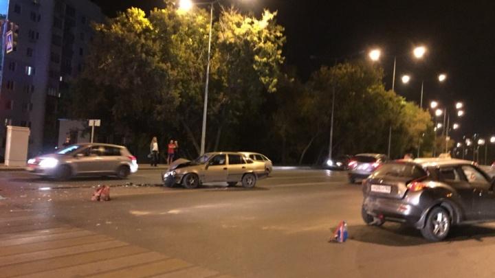 Осколки фар и искореженный капот: у бывшего завода Тарасова столкнулись три иномарки