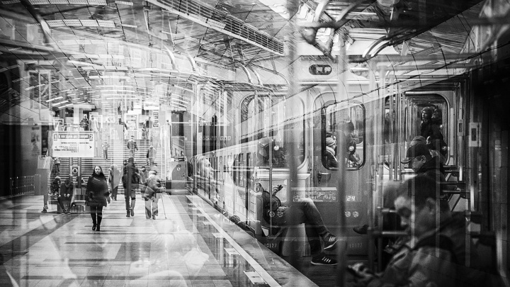 Новосибирец больше года делает случайные фото в метро: на них изображена параллельная реальность