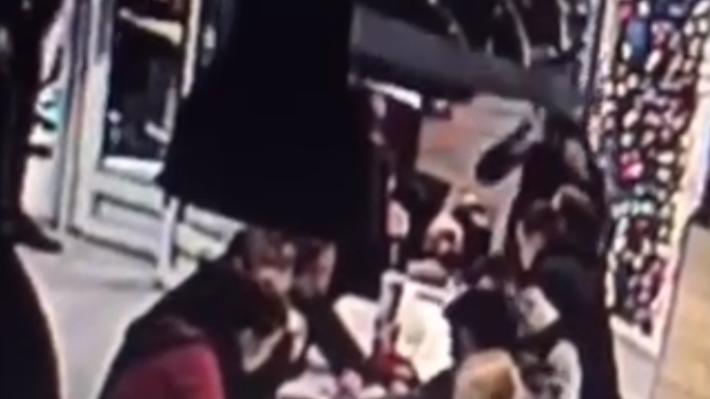 Прыгнул и толкнул головой: появилось видео падения конструкции на подростков в KFC