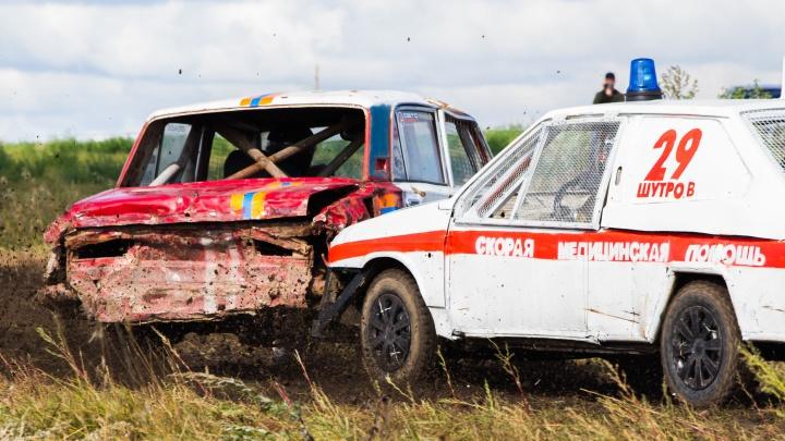 В Богдановиче автомобили скорой и спасателей устроили гонки на выживание: фоторепортаж Е1.RU