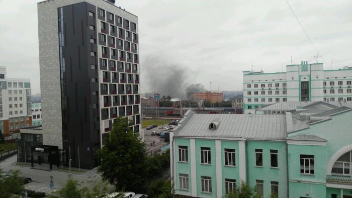 Дым в районе улицы Владимировской новосибирцы заметили около 17:00