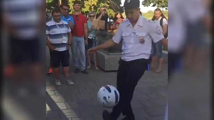 Достоин сборной: ростовский полицейский показал иностранным болельщикам, как чеканить мяч