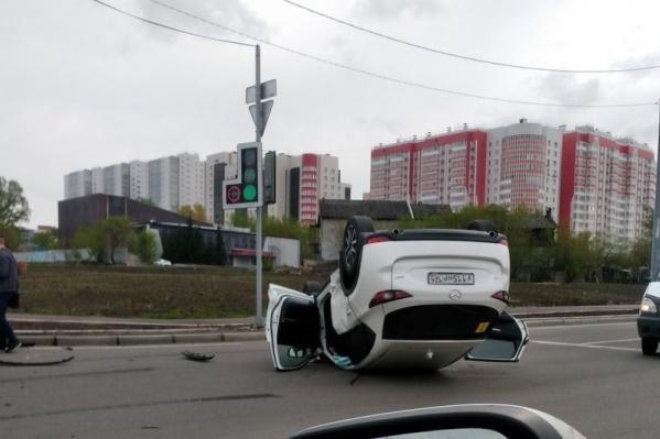Машина перевернулась после столкновения