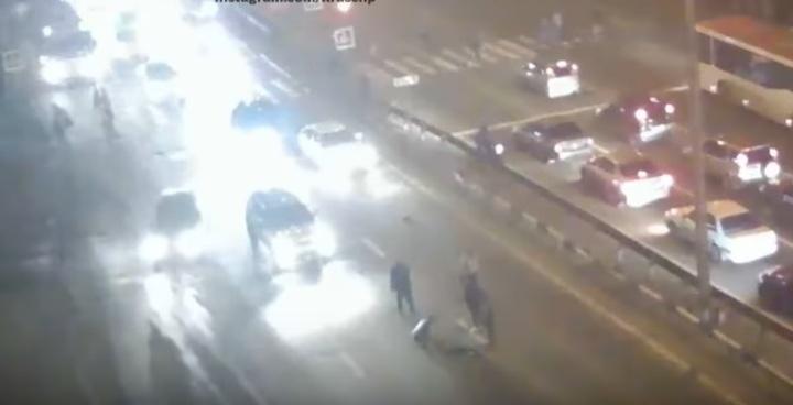 Парень убегал от недоброжелателей на красный и попал под авто