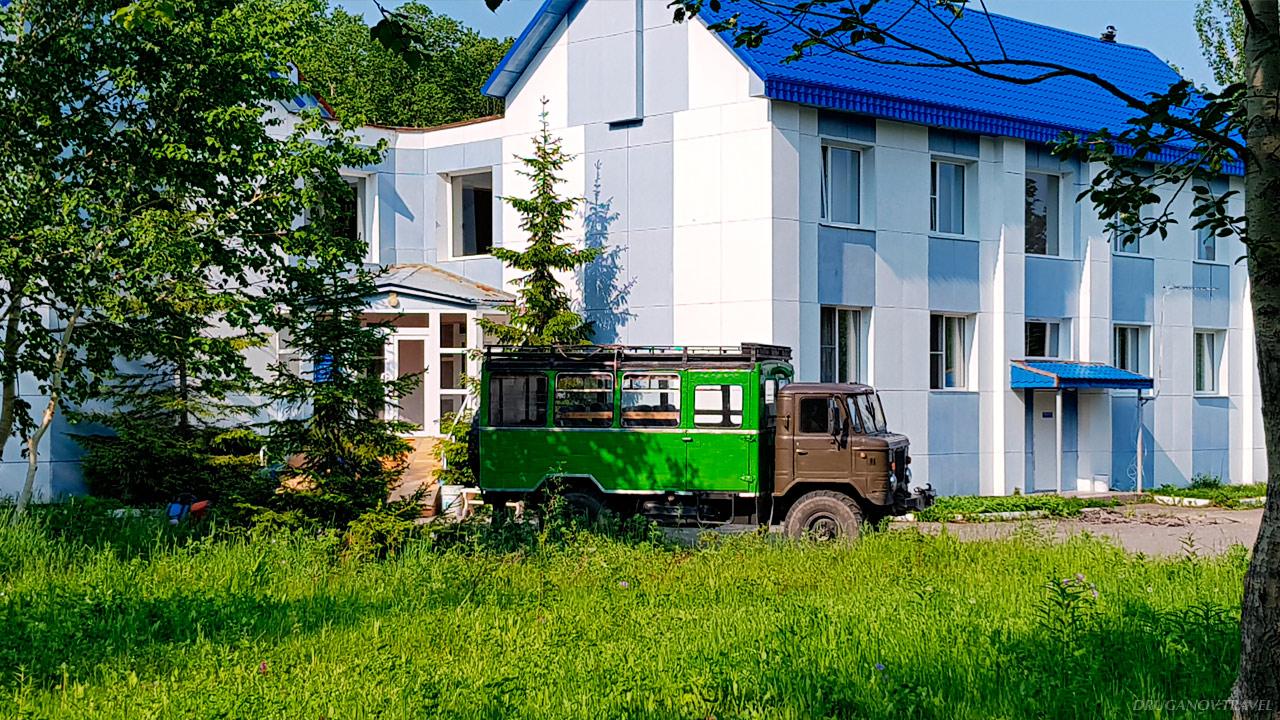 Такой гибрид грузовика и автобуса возит на экскурсии, осуществляет трансфер от аэропорта до гостиниц, хостелов, баз отдыха