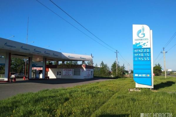 Бензин в Красноярске рос в цене с конца апреля. За полтора месяца топливо подорожало на 7–8%. А потом стало дешеветь