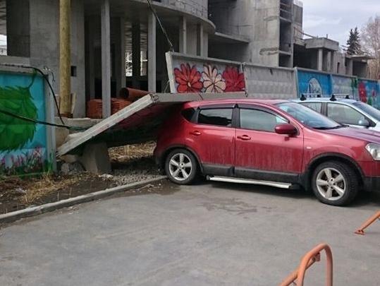На автомобиль, стоявший на платной парковке у стройки ЖК «Университетский», рухнула бетонная плита