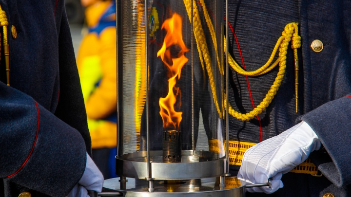 Тысячи людей собрались посмотреть, как зажигают Вечный огонь на Монументе Славы. Как это было