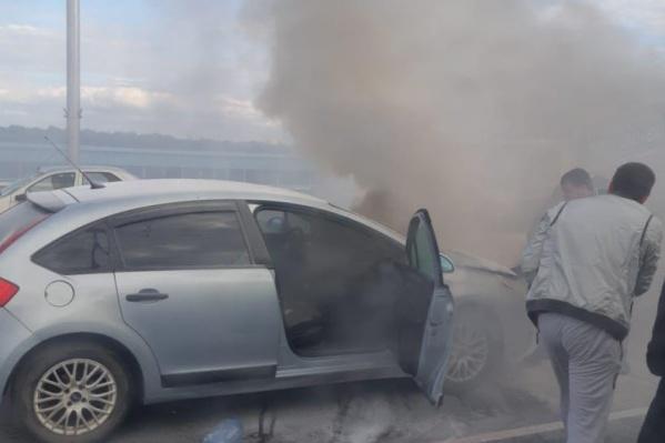 Горящий автомобиль пытались потушить несколько человек