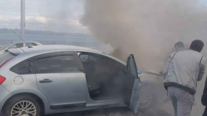 На Коммунальном мосту вспыхнула иномарка — её пытались потушить водой и огнетушителями
