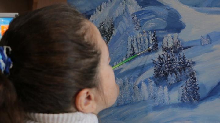 «Я ни на кого не в обиде»: в Кургане прооперируют художницу, которая рисует, держа кисть в зубах
