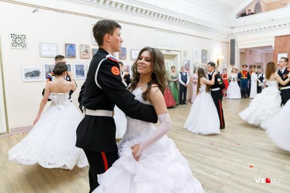 Первым делом 25 танцевальных пар станцуют парадный полонез