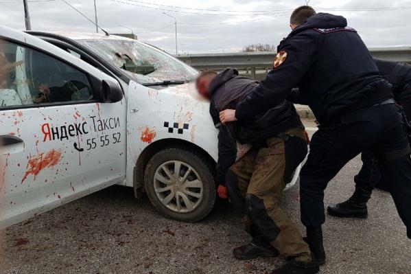 Пассажир набросился на водителя на Юбилейном мосту