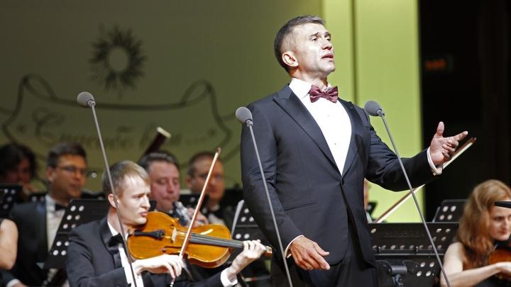 Новосибирский депутат запел оперу в концертном зале Каца