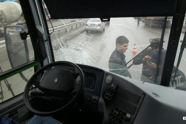 Удар был такой силы, что в автобусе разбилось стекло