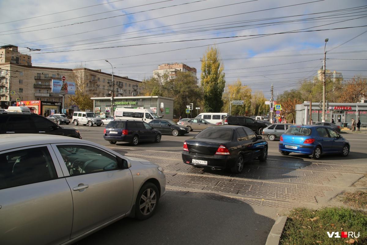 По словам автомобилистов, лишь по счастливой случайности на перекрестке еще не случилось аварий