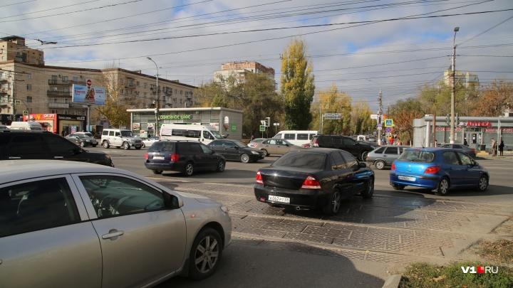 «Начинается коллапс»: на оживленном перекрестке в центре Волгограда «уснули» все светофоры