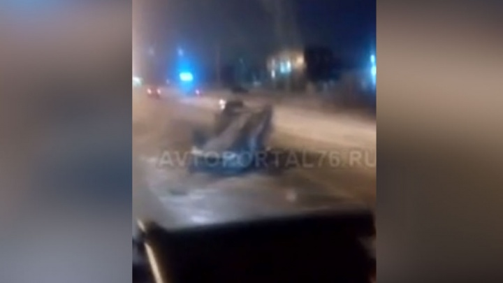 На проспекте Фрунзе «Шкода» перевернулась на крышу: водитель в реанимации, родные ищут очевидцев