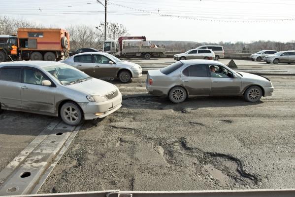 Автоинспекция особенно тщательно проверяет дороги, по которым ходит общественный транспорт (на фото — мост на Сибиряков-Гвардейцев)