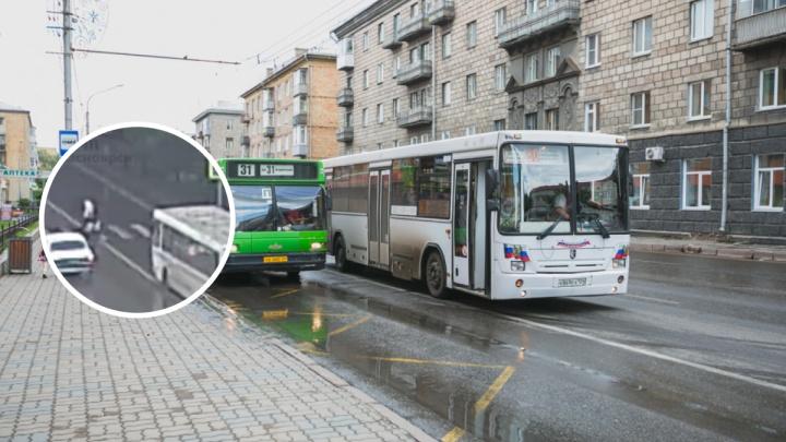 Пассажирский автобус сбил двух женщин на пешеходном переходе. Видео