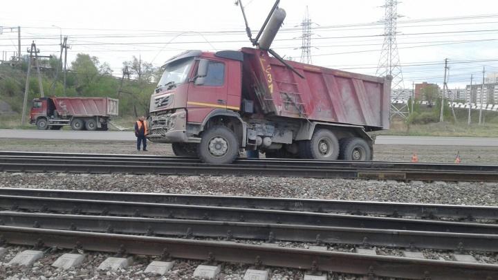 Самосвал повалил столб на станции Северный. Электрички прекратили движение и скапливаются на путях