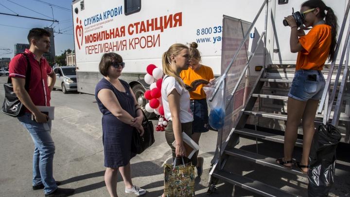 Десятки новосибирцев сдали кровь и пластиковые крышечки на площади Ленина