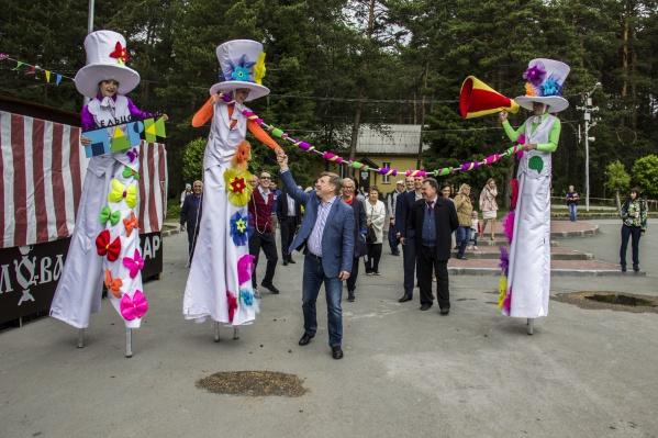 Новосибирцы пришли поздравить Заельцовский парк, но надолго не задержались — после выступления мэра большинство ушли домой греться